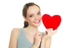 Menina com um descanso heart-shaped imagem de stock