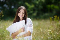 A menina com um descanso na grama fresca da mola Fotos de Stock Royalty Free