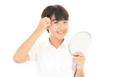 Menina com um espelho de mão Fotos de Stock Royalty Free