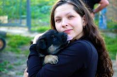 Menina com um filhote de cachorro Imagem de Stock Royalty Free