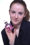 A menina com um frasco do perfume na mão foto de stock