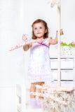 Menina com um gancho de revestimento Fotos de Stock Royalty Free