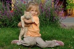 Menina com um gato Imagens de Stock
