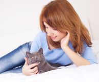 Menina com um gato Fotos de Stock Royalty Free