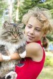 A menina com um gato Imagens de Stock Royalty Free