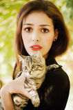 Menina com um gato pequeno Fotos de Stock