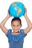 Menina com um globo do mundo foto de stock