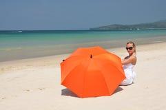 Menina com um guarda-chuva alaranjado fotografia de stock royalty free