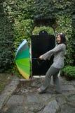 Menina com um guarda-chuva do arco-íris Fotografia de Stock Royalty Free
