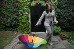 Menina com um guarda-chuva do arco-íris Fotografia de Stock