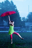 Menina com um guarda-chuva na chuva Fotografia de Stock