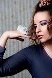 Menina com um hamster em uma mão Foto de Stock Royalty Free