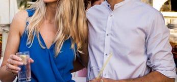 Menina com um indivíduo com vidros nas mãos imagens de stock royalty free