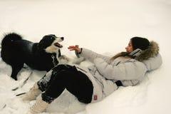 menina com um jogo do cão Fotos de Stock