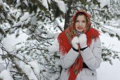 Menina com um lenço vermelho na cabeça Fotografia de Stock