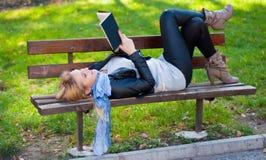 Menina com um livro Fotos de Stock