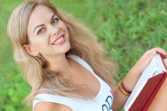 Menina com um livro Imagens de Stock Royalty Free