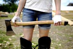 Menina com um machado foto de stock