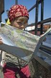 Menina com um mapa da cidade. curso fotografia de stock royalty free