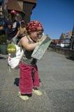 Menina com um mapa da cidade. curso imagem de stock