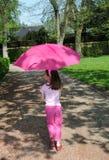 Menina com um parasol cor-de-rosa fotografia de stock royalty free