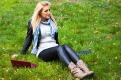 Menina com um portátil Fotografia de Stock