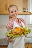 Menina com um prato da galinha Imagem de Stock Royalty Free