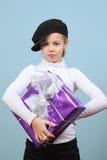 Menina com um presente Imagens de Stock Royalty Free
