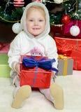 Menina com um presente em suas mãos Fotografia de Stock Royalty Free