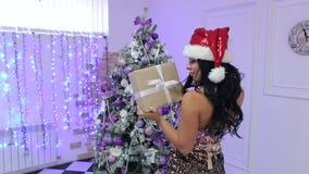 Menina com um presente que está perto da árvore de Natal filme