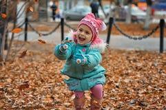 A menina com um ramalhete das flores Foto de Stock Royalty Free
