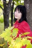 Menina com um ramalhete das folhas amarelas foto de stock royalty free