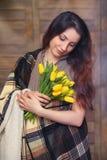 Menina com um ramalhete de tulipas amarelas Menina com um presente da flor Fotografia de Stock