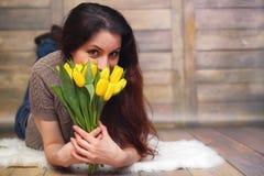 Menina com um ramalhete de tulipas amarelas Menina com um presente da flor Foto de Stock
