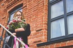 Menina com um ramalhete grande das tulipas Fotografia de Stock Royalty Free