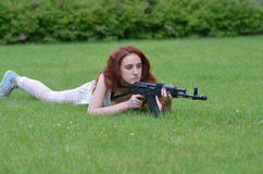 Menina com um rifle da caça Imagens de Stock