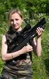 A menina com um rifle de ar. Foto de Stock Royalty Free