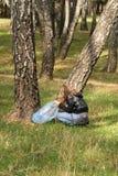 A menina com um saco de lixo pegara o lixo na floresta, proteção ambiental, controle de poluição imagem de stock royalty free