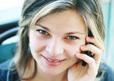 Menina com um sorriso do telefone móvel Foto de Stock