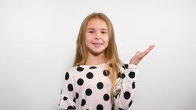 A menina com um sorriso sincero diz o bellissimo Um gesto da aprovação, prazer vídeos de arquivo