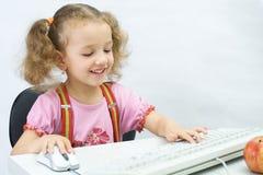A menina com um teclado fotografia de stock royalty free