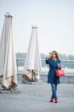 Menina com um telefone Fotografia de Stock Royalty Free