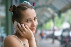 Menina com um telefone fotografia de stock