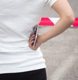 Menina com um telefone celular em sua mão Fotografia de Stock