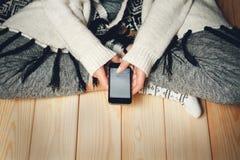 Menina com um telefone em suas mãos Foto de Stock