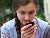 Menina com um telefone m?vel Foto de Stock