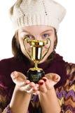 Menina com um troféu engraçado imagens de stock