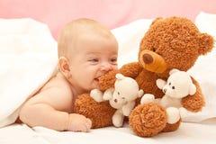 Menina com um urso de peluche Fotografia de Stock