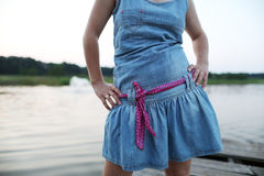 Menina com um vestido da sarja de Nimes Imagens de Stock Royalty Free