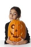Menina com uma abóbora de Halloween Imagem de Stock